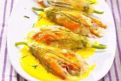 fiori-di-zucca-farciti-con-salsa-delicata-preparazione-830x625